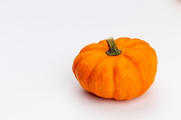 Composição de outono plana lay de vista superior criativa. moldura feita de espaço de cópia de fundo de papel de cor de abóboras. cartões de convite de aniversário de halloween de ação de graças de modelo outono.