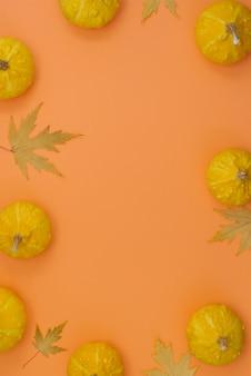 Composição de outono plana lay vista superior criativa quadro de folhas secas de abóbora em