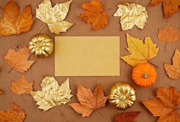 Composição de outono plana leiga com folhas amarelas e douradas de outono e abóboras