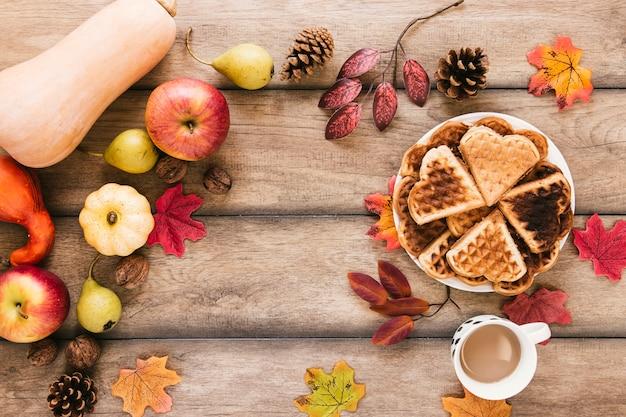 Composição de outono vista superior na mesa de madeira