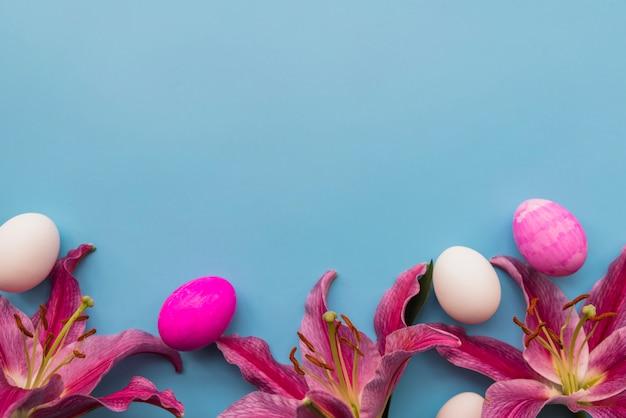 Composição de ovos de páscoa e flores frescas