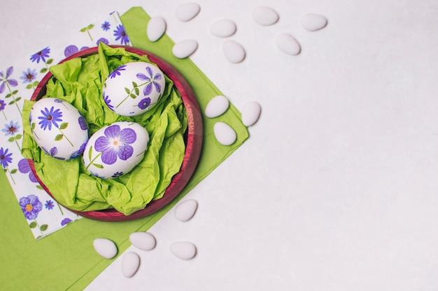 Composição de ovos de páscoa ornamentados na bandeja