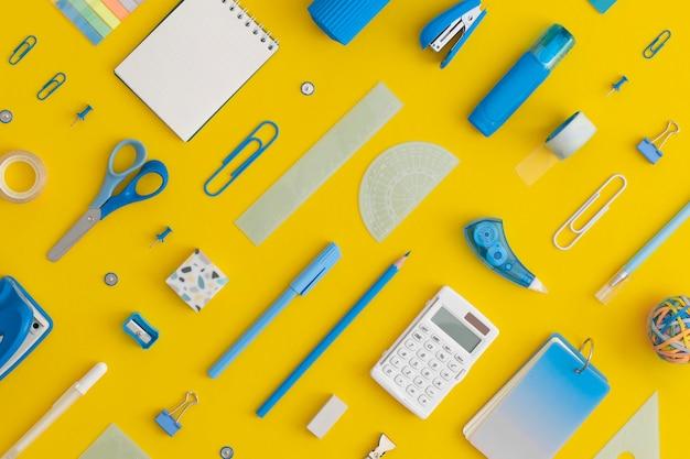 Composição de padrões de papelaria escolar em um fundo amarelo. volta ao conceito de escola