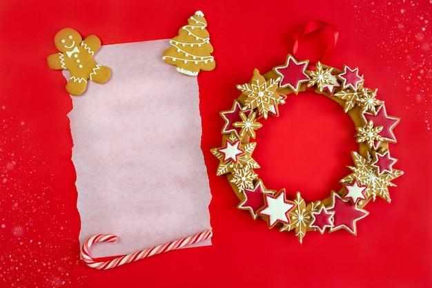 Composição de pão de mel de natal com pedaço de papel e espaço de cópia para parabéns.