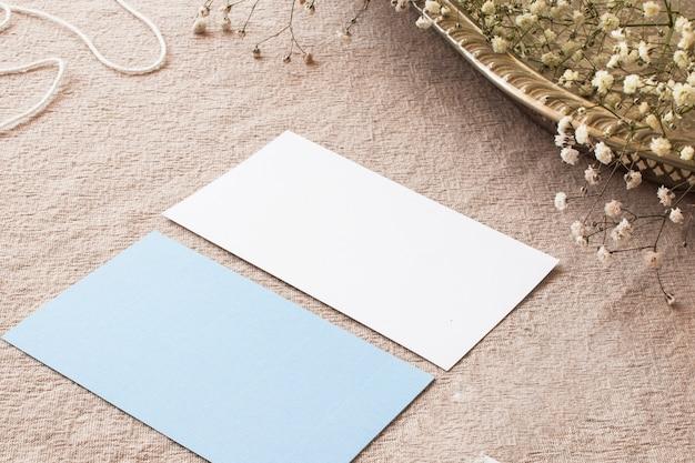 Composição de papéis na toalha de mesa bege