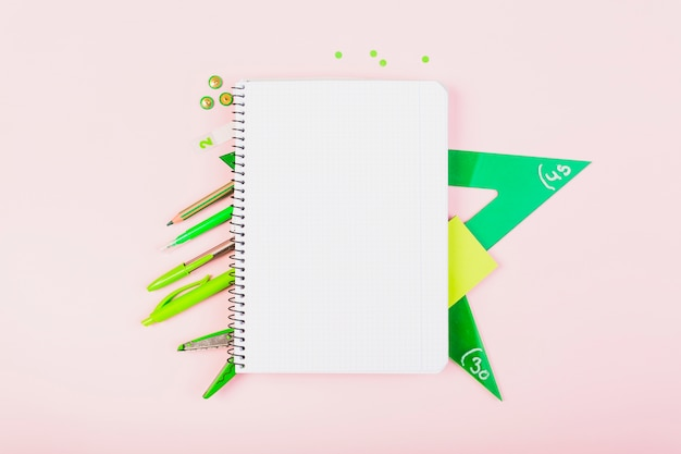 Composição de papelaria e caderno verde escola
