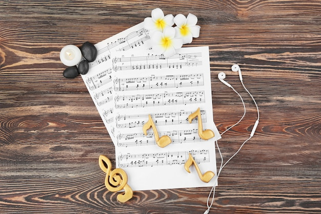 Composição de partituras e suprimentos de spa em fundo de madeira