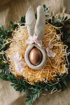 Composição de páscoa com flores e ovo