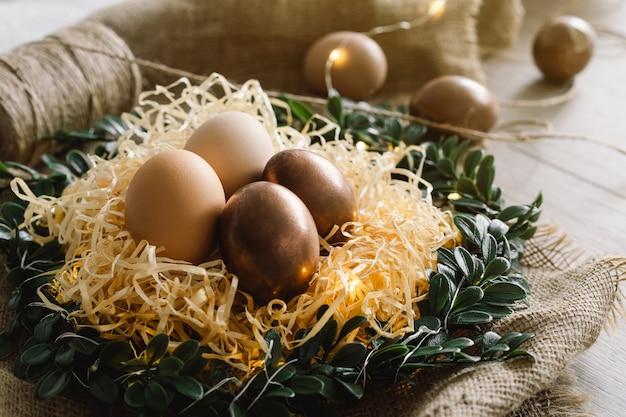 Composição de páscoa com grinalda e ovos