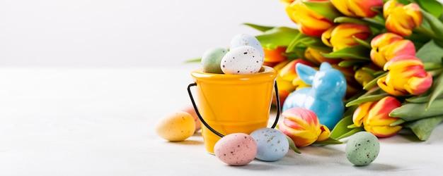 Composição de páscoa com ovos de codorna e tulipas
