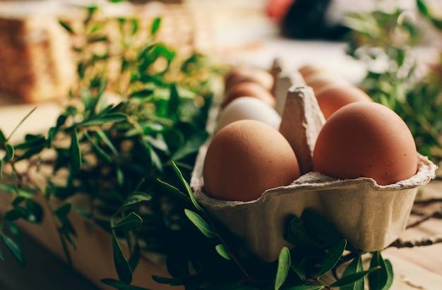 Composição de páscoa com ovos de codorna na cor de fundo de madeira espaço para texto