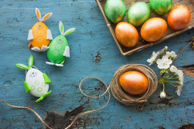 Composição de páscoa com ovos de páscoa coloridos, coelho. cartão de páscoa com espaço de cópia.