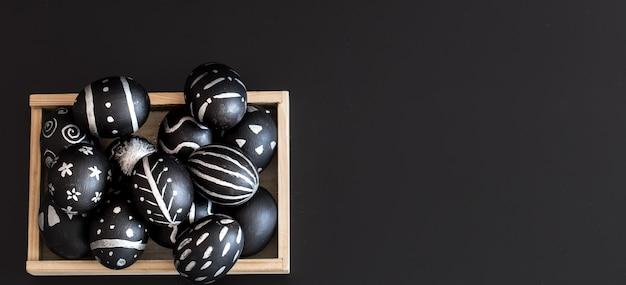 Composição de páscoa com ovos em uma caixa de madeira
