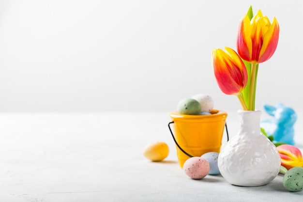 Composição de páscoa com tulipas da primavera