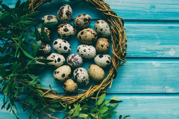 Composição de páscoa decoração interessante e ovos de páscoa em um fundo bonito