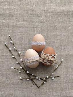 Composição de páscoa decorada por ovos de páscoa de renda em fundo de linho. conceito sem plástico e desperdício zero
