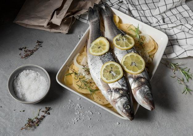 Composição de peixe cru para cozinhar