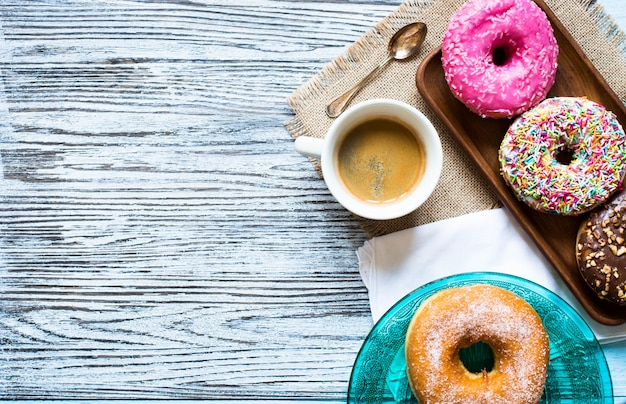 Composição de pequeno-almoço colorido donuts com estilos de cores diferentes