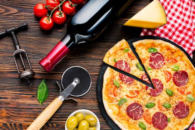Composição de pizza saborosa plana leigos