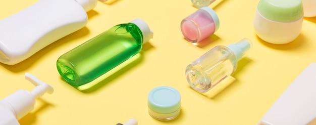 Composição de potes e frascos de cosméticos de diferentes tamanhos