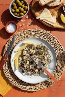 Composição de prato de gulas tradicional