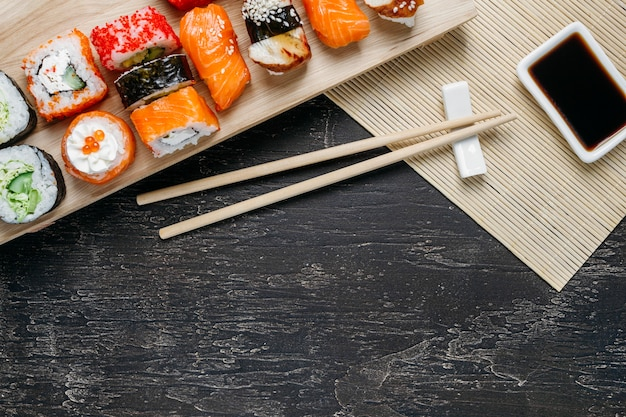Composição de prato tradicional japonês de vista superior com espaço de cópia