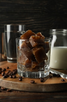 Composição de preparar café gelado na madeira