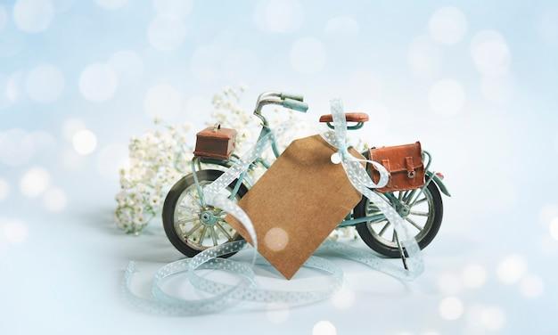 Composição de primavera com bicicleta e flores