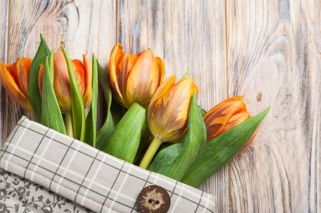 Composição de primavera com tulipas laranja
