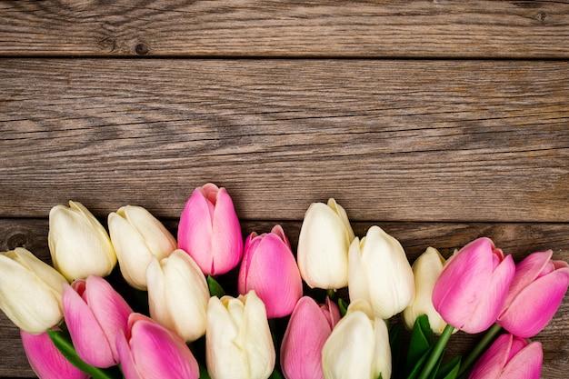 Composição de primavera com tulipas na madeira