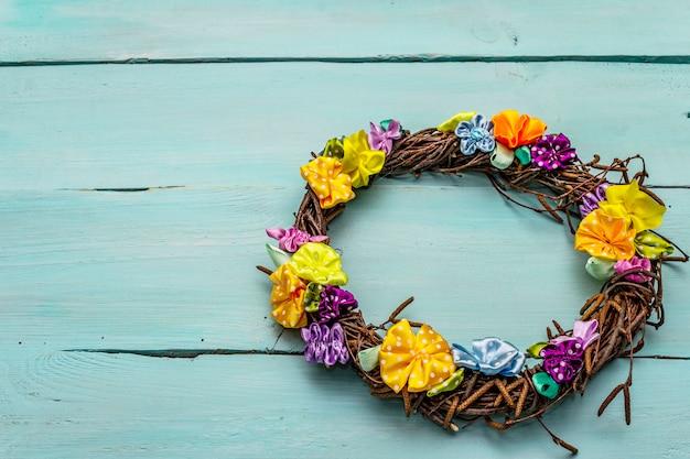 Composição de primavera de uma coroa de ramos de bétula e flores coloridas artesanais