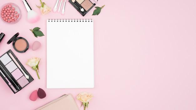 Composição de produtos de beleza diferentes com espaço vazio para o bloco de notas e cópia