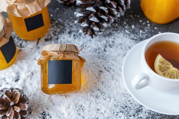 Composição de produtos de mel. mel em potes, chá e cones de abeto.
