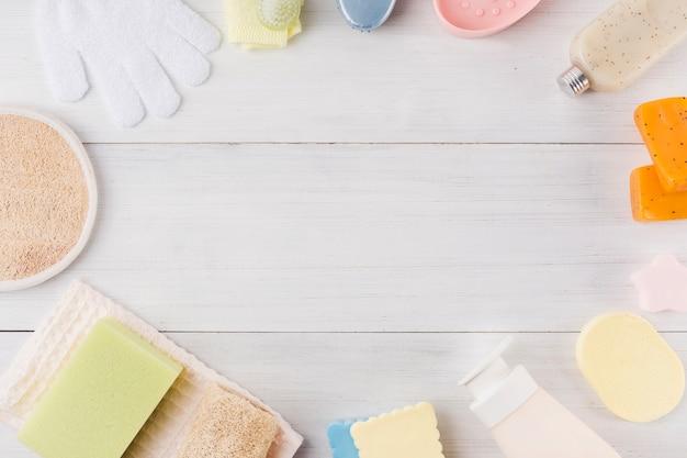 Composição de produtos de spa em fundo de madeira