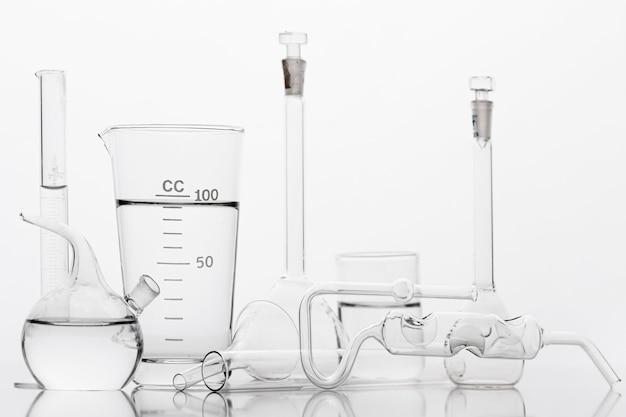 Composição de produtos químicos em laboratório com fundo branco