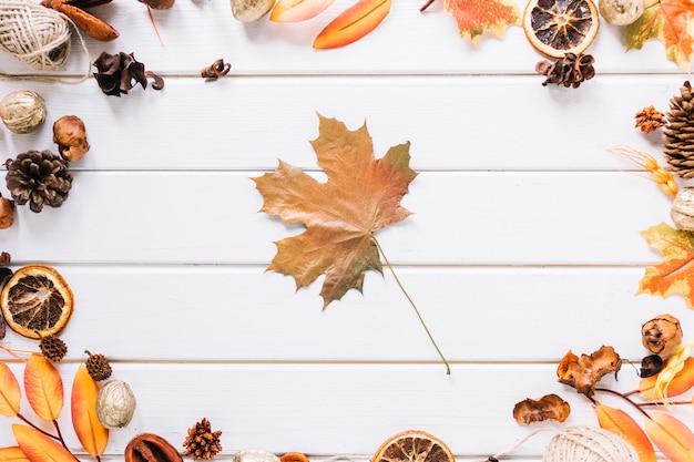 Composição de quadro outono com folha de plátano no meio