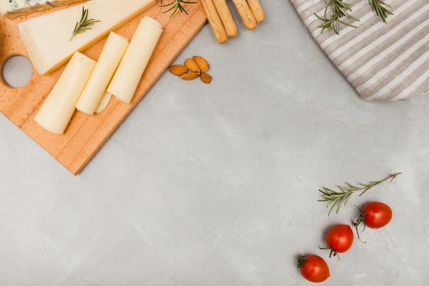 Composição de queijo plana leiga com copyspace