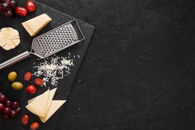 Composição de queijo vista superior com espaço de cópia