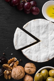 Composição de queijo vista superior em fundo preto