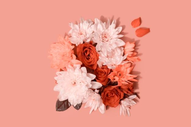 Composição de rosas e crisântemos em fundo rosa