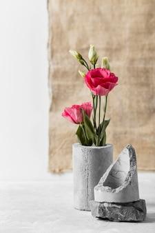 Composição de rosas em vaso