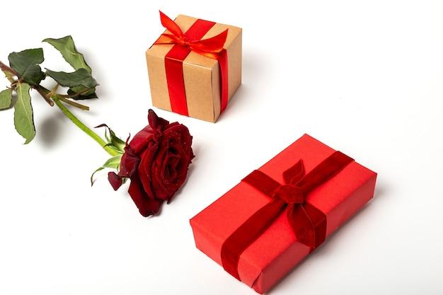 Composição de rosas vermelhas e caixas de presente