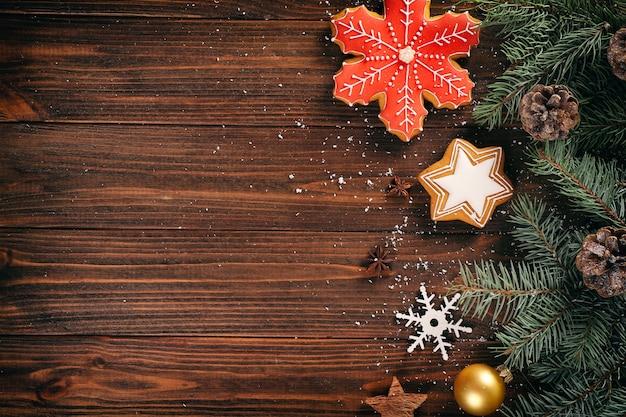 Composição de saborosos biscoitos de gengibre e decoração de natal na superfície de madeira