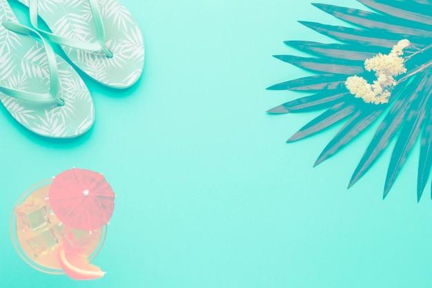 Composição, de, sandálias, coquetel, folha, e, flores