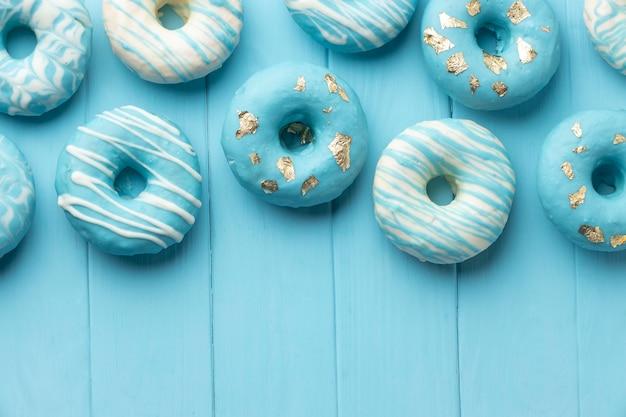 Composição de segunda-feira azul com donuts