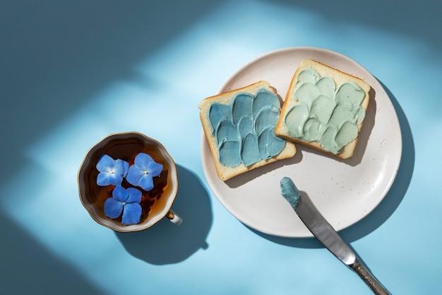 Composição de segunda-feira azul com xícara de chá