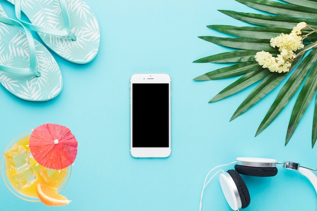 Composição, de, smartphone, sandálias, bebida, fones, verde, folha, e, flores
