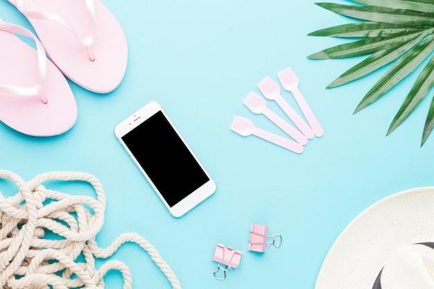 Composição, de, smartphone, sandálias, corda, clipes papel, e, chapéu