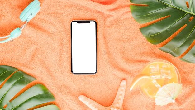 Composição, de, smartphone, starfish, fones ouvido, bebida, e, monstera, folhas