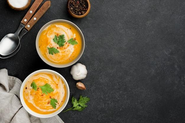 Composição de sopa deliciosa de outono plana com espaço de cópia